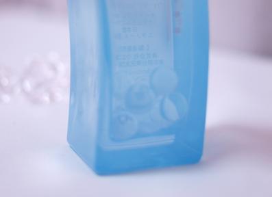 泡をイメージしたガラス玉が入ってる