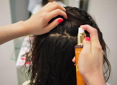 頭皮の美容液をつけてマッサージ