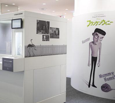 展示ケースの中にはティム・バートンの世界