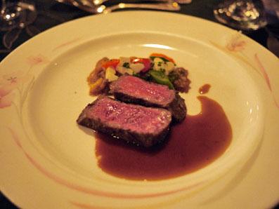 国産牛ロース肉の炭火焼き、白菜のエチュベ添え