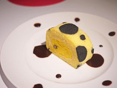 カボチャのムースとキャラメルパティシエールのドットロールケーキ