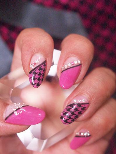 ピンク×ブラック 千鳥格子ネイル ダイヤモンドのリボン付き