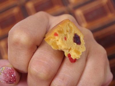 パウンドケーキが指についてる!