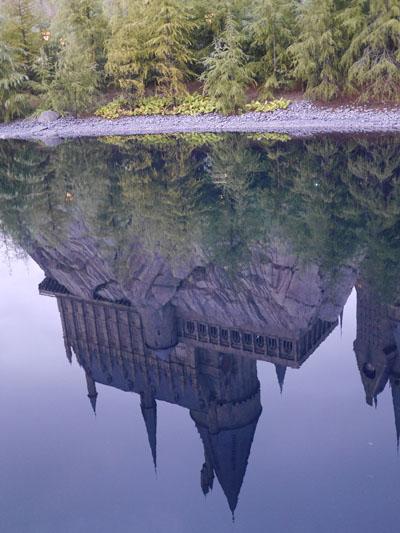 池に映るホグワーツ魔法魔術学校