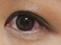 自然で立体的な瞳