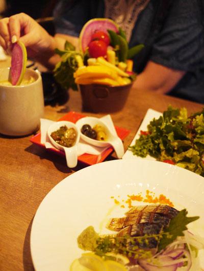 前菜とグリーンサラダとバーニャカウダ