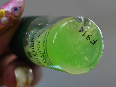 キャップ部分のパウダーが液体に落ちてきます