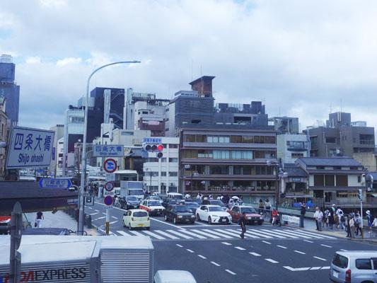 松葉の2階から四条大橋の交差点を眺める