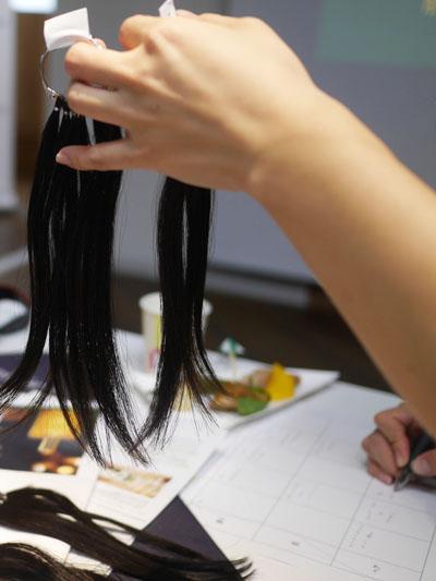 髪への官能評価は人毛サンプルを使って