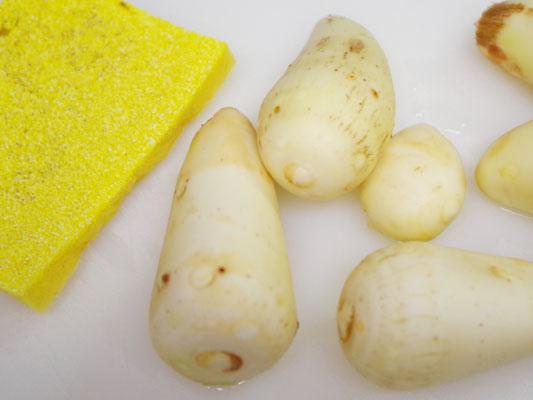 里芋を野菜の皮むきスポンジで洗います