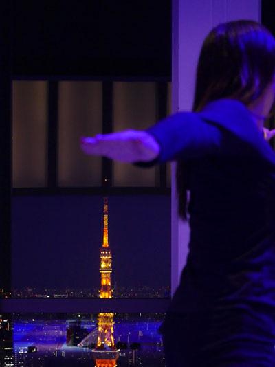 東京タワーを眺めながら天空のヨガ