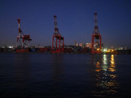 まだ暗い明け方の東京湾