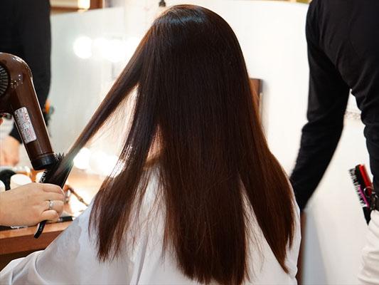 ミネコラ 髪をドライヤーで乾かします
