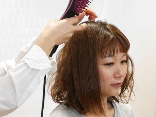 ブラシ型ヘアアイロン「シンプリーストレート」くせ毛も真っ直ぐ