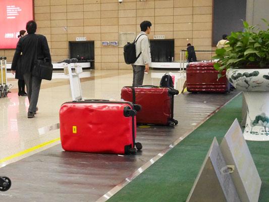 クラッシュバゲージ Mサイズ 空港で目立つスーツケースの色