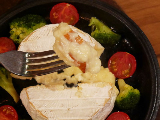 肉バル・ジビエ アンタガタドコサ 池袋 カマンベールチーズの鉄板焼き