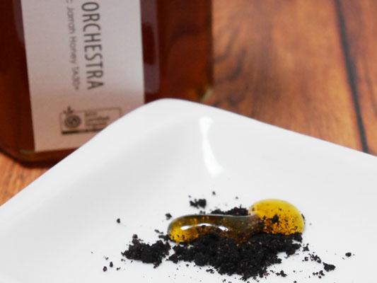 蜂蜜とマキベリーパウダーを混ぜる
