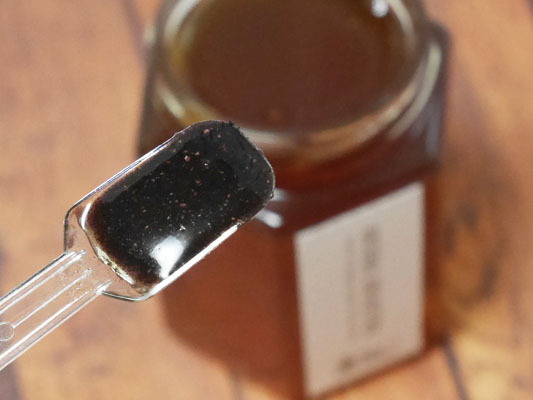 ハチミツのオススメ食べ方 有機マキベリーパウダーを練る