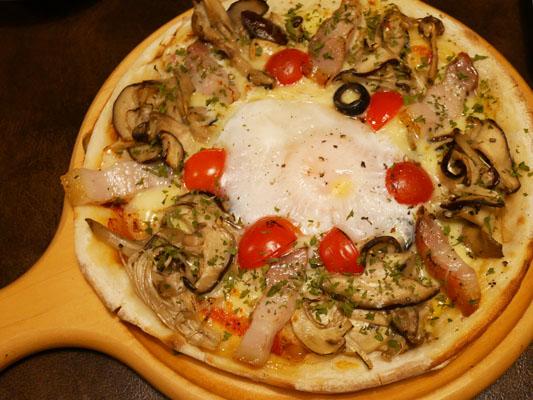 プロースト東京 コース キノコと自家製パンチェッタ、半熟卵のピザ