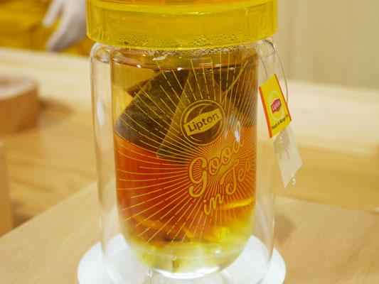 リプトン 表参道 期間限定ストア 紅茶の抽出もよく見える