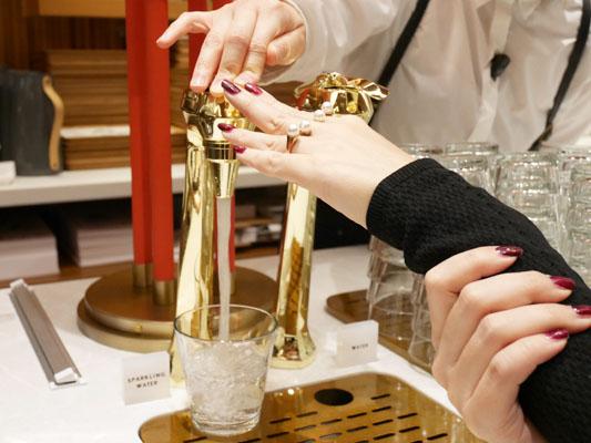 東京ミッドタウン日比谷 レクサスカフェ 炭酸水も無料