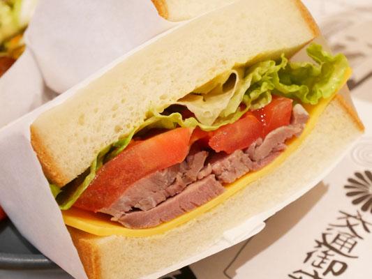 日比谷ミッドタウン レクサスミーツ 自家製コンビーフ トマトとチェダーチーズのサンドウィッチ