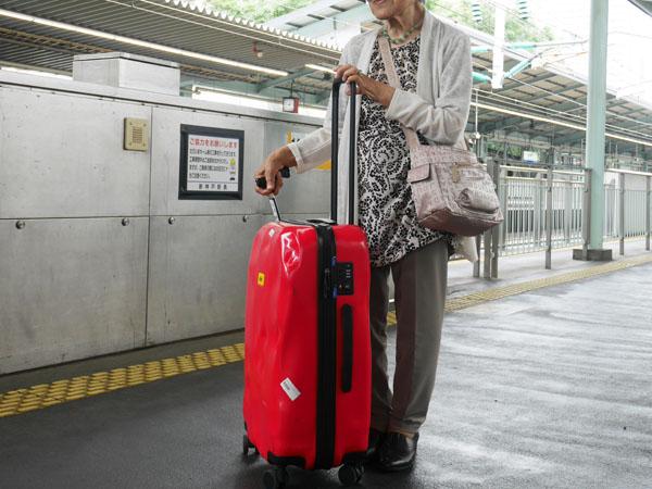 高齢者でも扱いやすいスーツケース