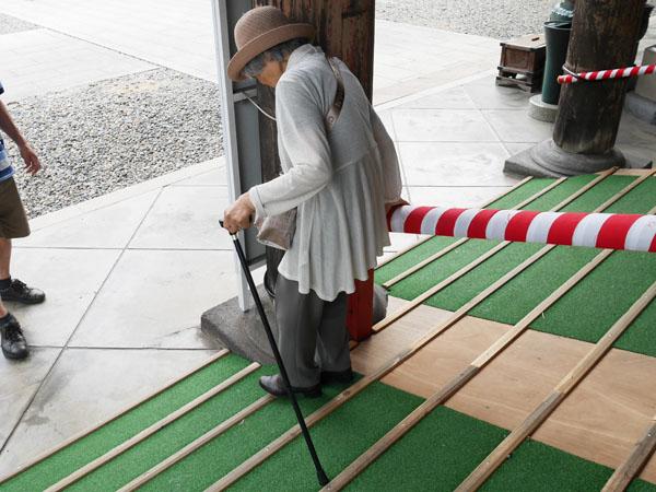 成田山 光明堂 高齢者 参拝
