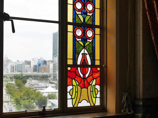 大阪観光 大阪市中央公会堂 ガイドツアー 特別室 ステンドグラスの凸レンズ