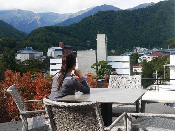 群馬 水上温泉 みなかみホテルジュラク 屋上庭園水のテラスから谷川岳を望む