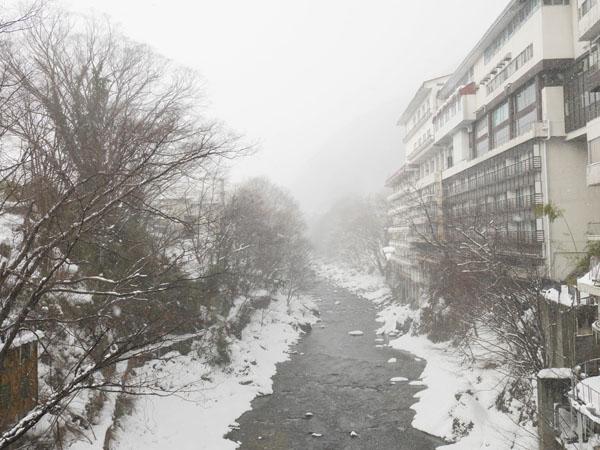 冬の水上 群馬 温泉ホテル みなかみホテルジュラク 水上温泉 雪景色の利根川