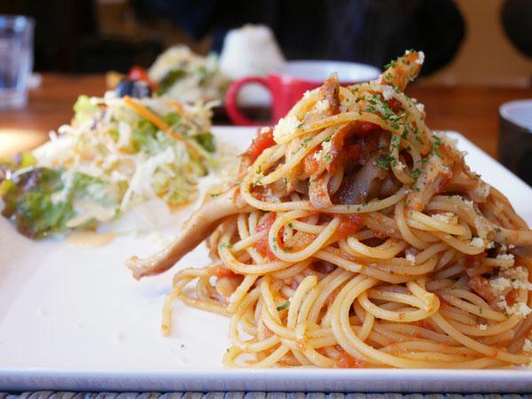 群馬・みなかみ 山カフェ ボサノバ ランチ ベーコンと舞茸のトマトパスタ