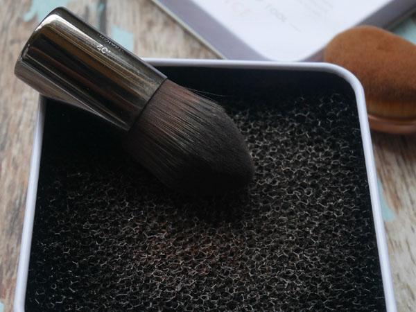 SHO-BI PROVENCE 「メイクブラシドライクリーナー」ブラシの粉を落とす