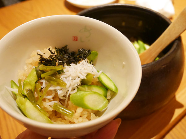 表参道ヒルズ 野やさい家めい 福岡県産アスパラガスとしらすの土鍋ご飯